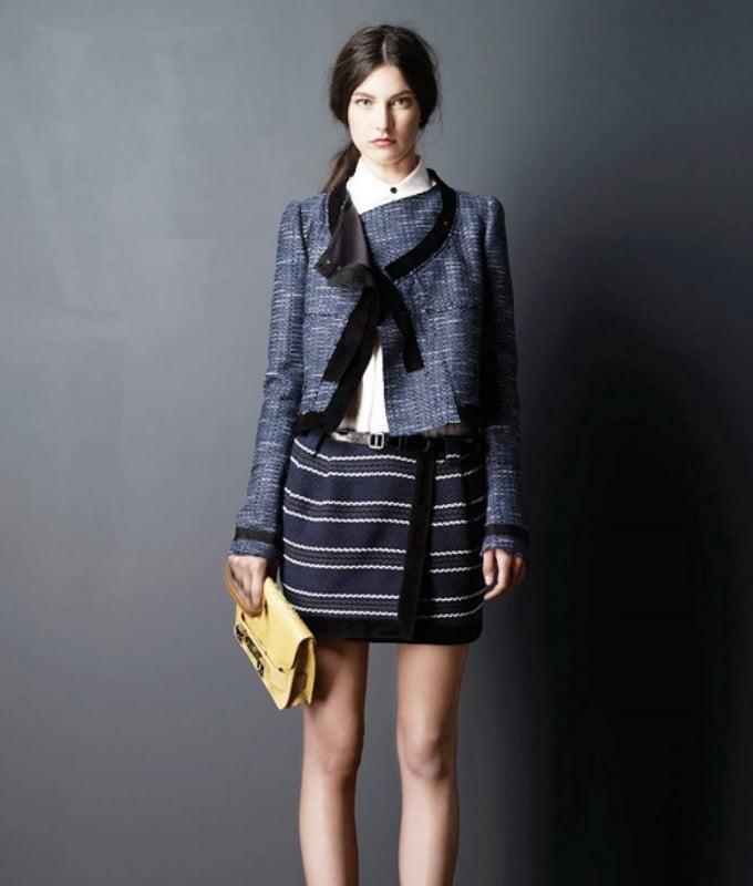 Chân váy kẻ kết hợp với áo buộc nơ phong cách nữ sinh đại học