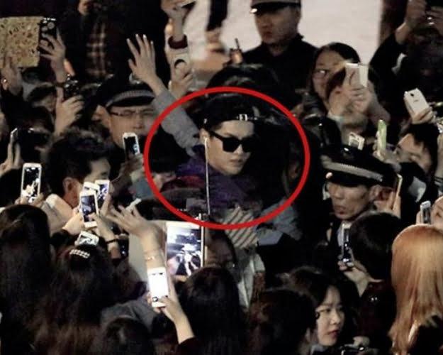 HÌnh ảnh fan của Ngô Diệc Phàm cuồng loạn bao vây cảnh sát