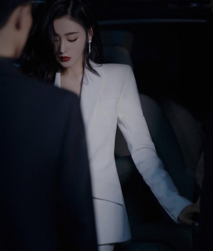 Bộ suit trắng làm tôn lên khí chất soái tỷ của mỹ nhân Trương Thiên Ái