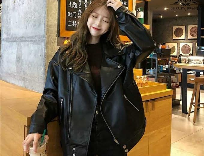 Phối áo da đen với quần áo màu đen