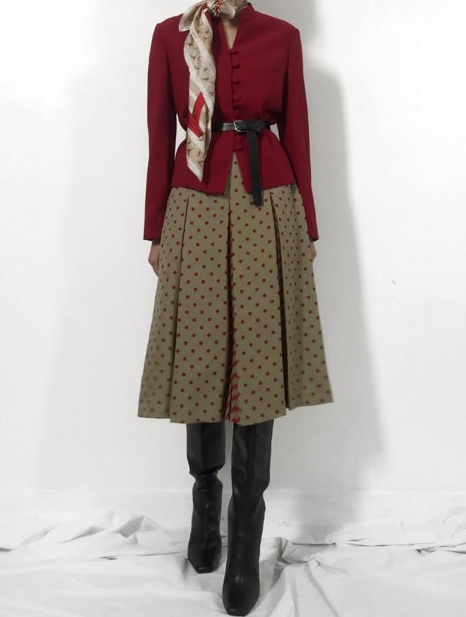 sartorial womenswear lại có thể dễ dàng biến đổi cho phù hợp mà vẫn giữ được tinh thần và vẻ đẹp cổ điển, thanh lịch vốn có